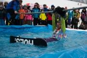 Mit einer Stange wurden die tropfnassen Teilnehmer aus dem Pool gezogen.