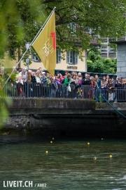 Beim Zieleinlauf ist die Mühlebrücke mit Menschen gefüllt.