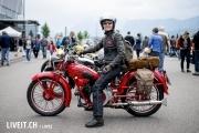 Ein Motorradfahrerin an der 3. Oldtimershow am 23. Mai 2015 in der Stockhorn Arena in Thun.