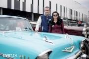 Zwei Autobesitzer (Bild zum Inti) an der 3. Oldtimershow am 23. Mai 2015 in der Stockhorn Arena in Thun.