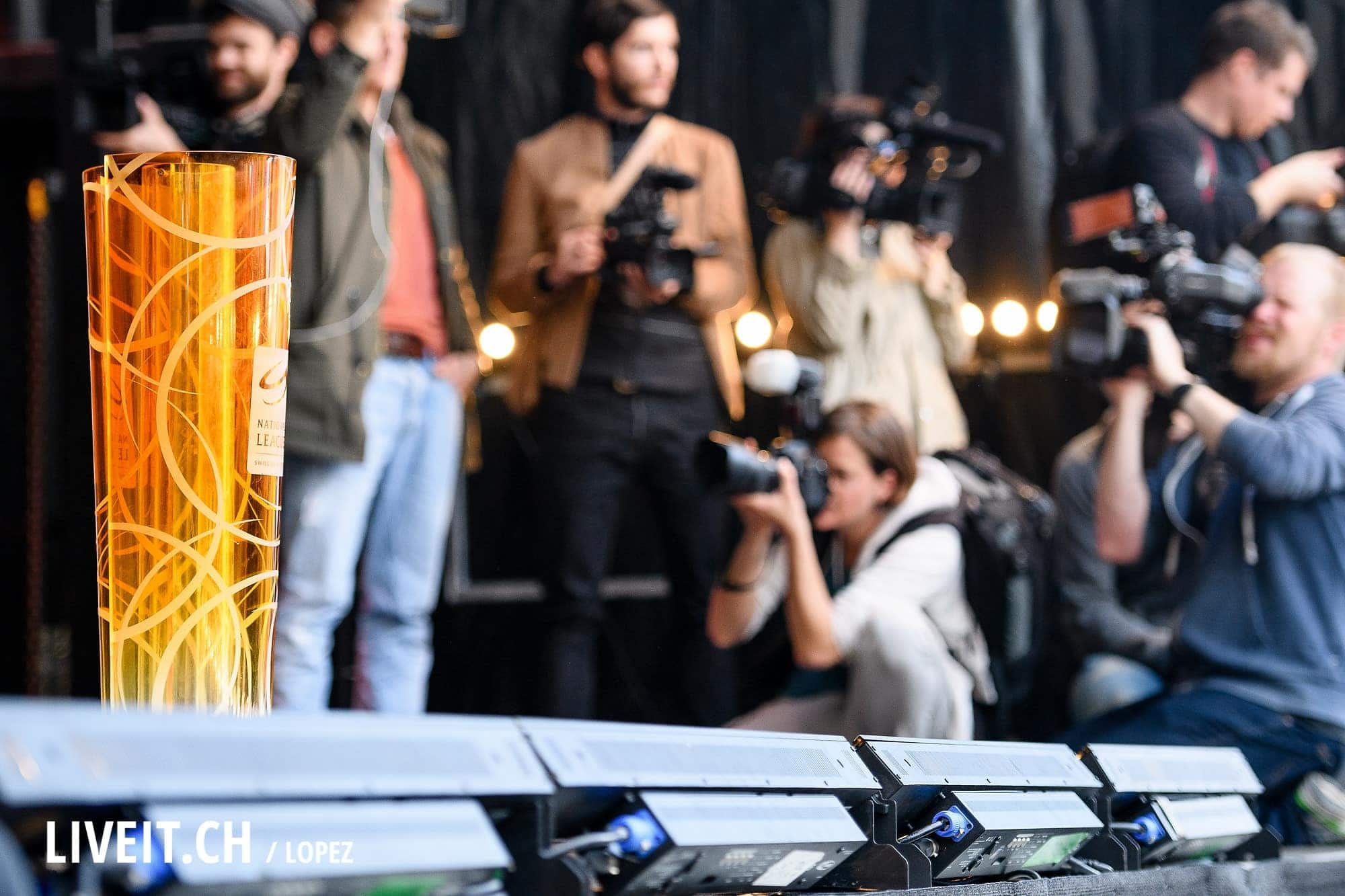 16.04.2016; Bern; Eishockey SC Bern Meisterfeier Bern; Der Pokal an der Meisterfeier auf dem Bundesplatz in Bern (Manuel Lopez/freshfocus)