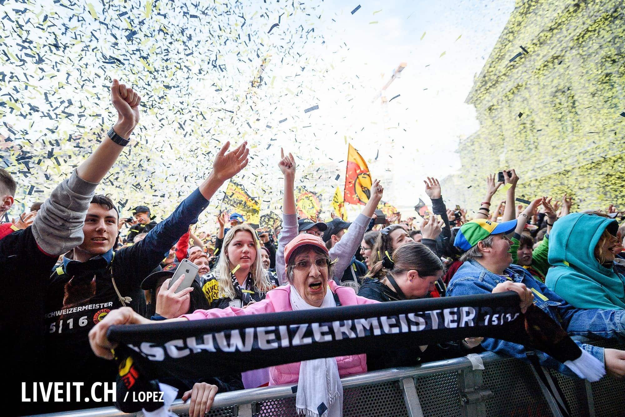 16.04.2016; Bern; Eishockey SC Bern Meisterfeier Bern; SC Bern Fan an der Meisterfeier auf dem Bundesplatz in Bern (Manuel Lopez/freshfocus)