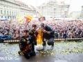 16.04.2016; Bern; Eishockey SC Bern Meisterfeier Bern; Marc Reichert mit Kindern und Pokal an der Meisterfeier auf dem Bundesplatz in Bern (Manuel Lopez/freshfocus)