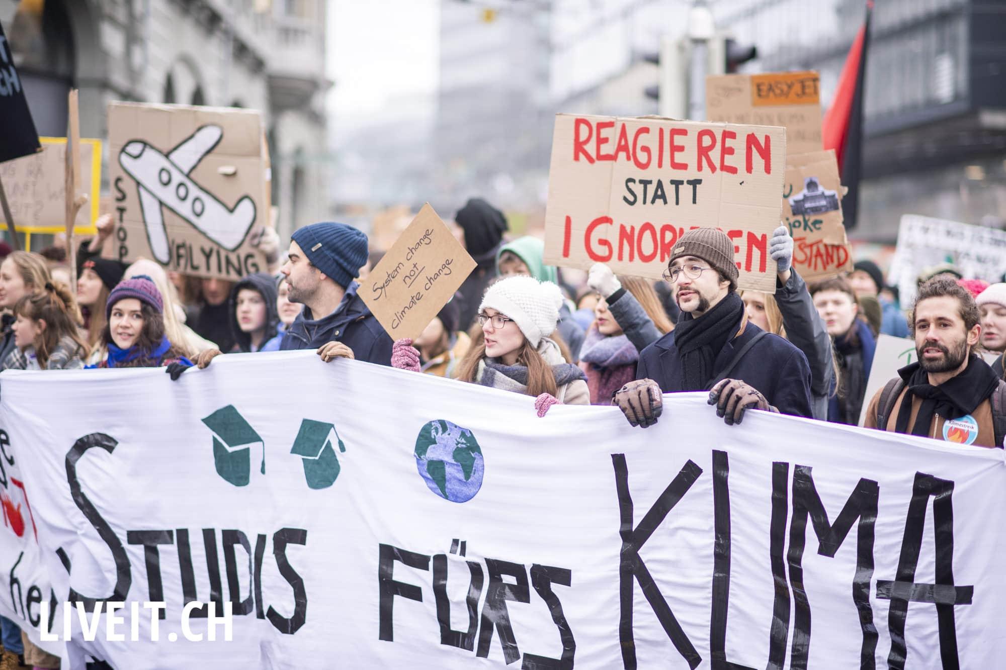 Klimademo auf dem Waisenhausplatz in Bern, fotografiert am Samstag, 02. Februar 2019. Die Proteste verliefen friedlich. (Fotografiert von Dominic Bruegger für liveit.ch)
