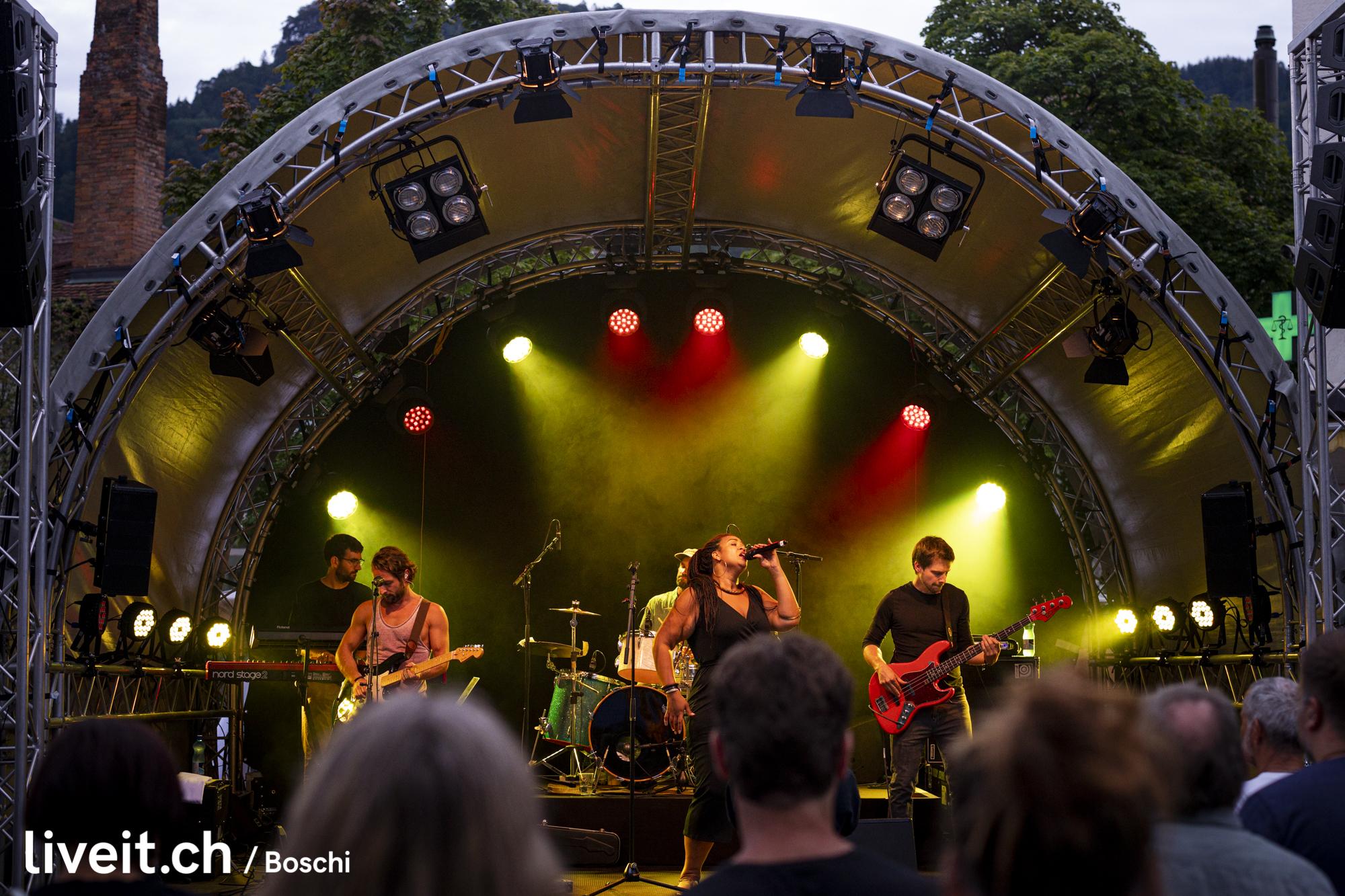 Irina Mossi & Band auf dem Waisenhausplatz am Thunfest 2019 (liveit.ch/boschi)
