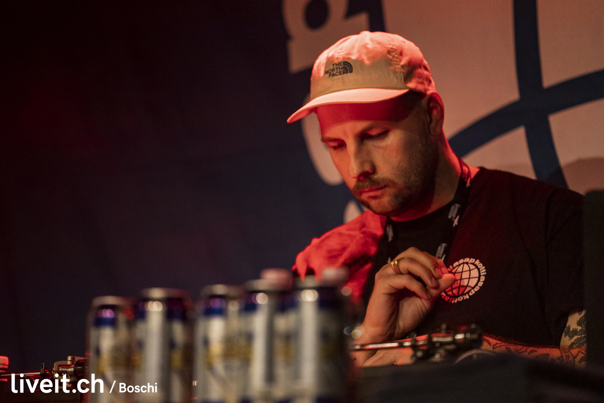 Der deutsche Hiphopper Karate Andi rappte im gut gefüllten Dynamo Club. Das Bier floss in Strömen.(liveit.ch/boschi)