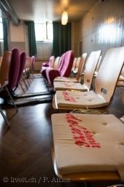 Wer sich schnell genug einen Platz ergattert, erwischt vielleicht sogar noch einen Fauteuil oder einen Stuhl mit Kissen.