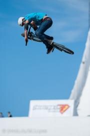 Ramon Hunziker aus der Schweiz fliegt hoch über der Landiwiese.